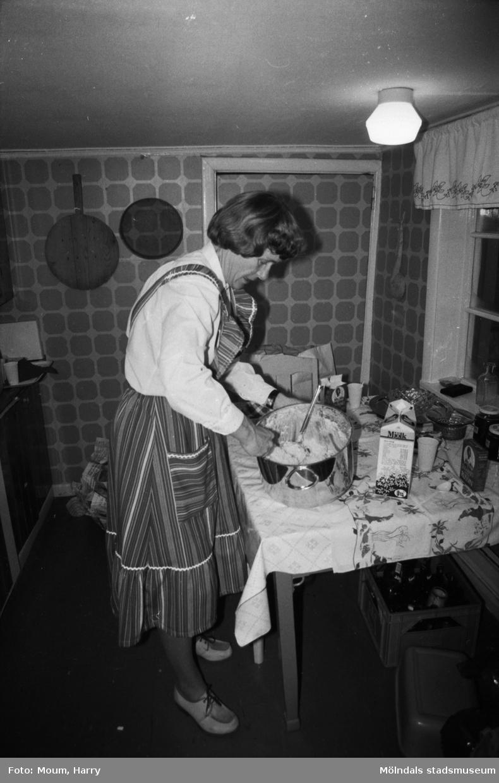 """Kvarnbyns Folkdanslag håller sin terminsavslutning på hembygdsgården i Långåker, Kållered, år 1983. """"Karin Gustafsson garanterar att det är en hemlagad risgrynsgröt.""""  För mer information om bilden se under tilläggsinformation."""