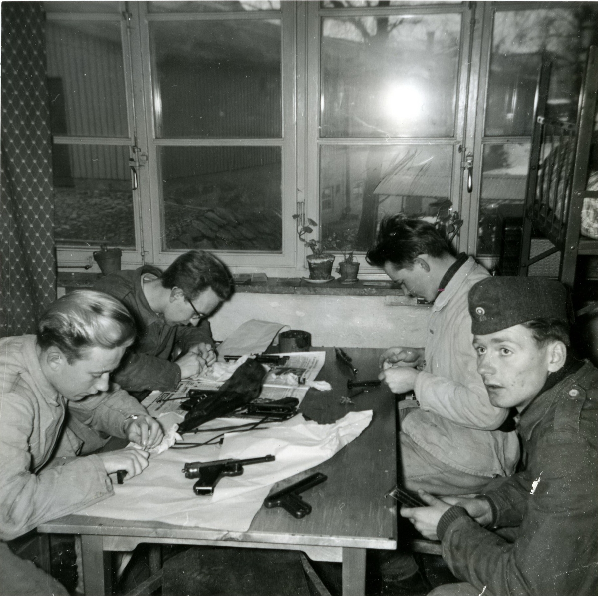 Vapenvård i logementet på Skånska trängregementet T4.