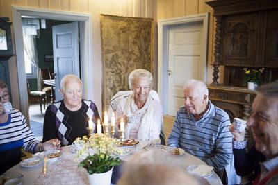 Kafégjestene koser seg i spisestuen på Huseby.
