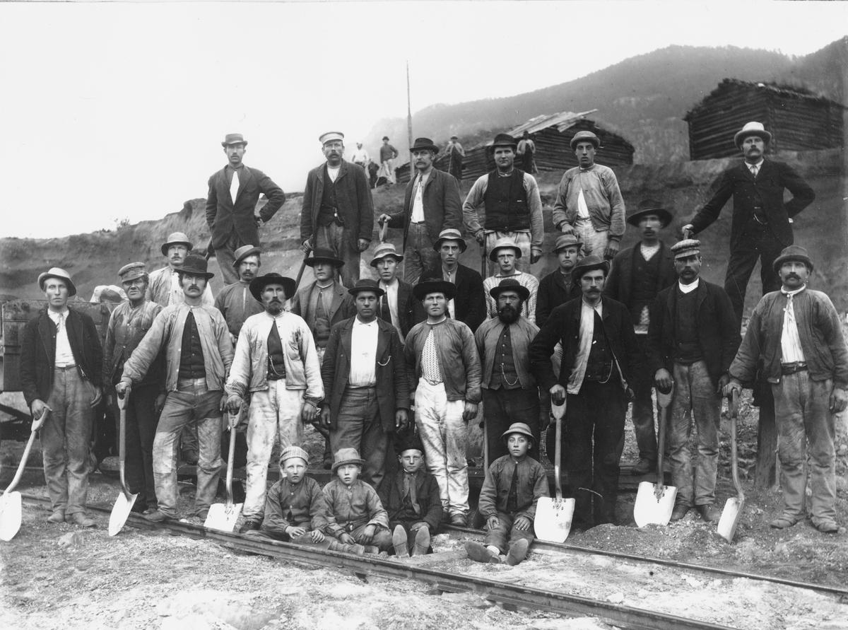 Bygging av dovrebanen, ved Bakkamoen mellom Kvam og Sjoa, anleggsarbeidere, oppsynsmann, jernbaneingeniør