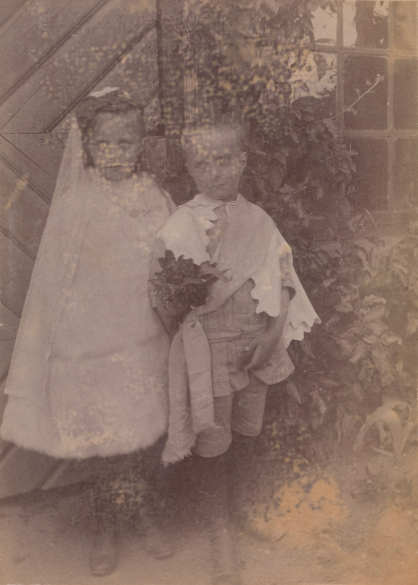 """Anna og Arne Christensen utkledd som brudepar - kanskje """"barnebryllup""""?"""