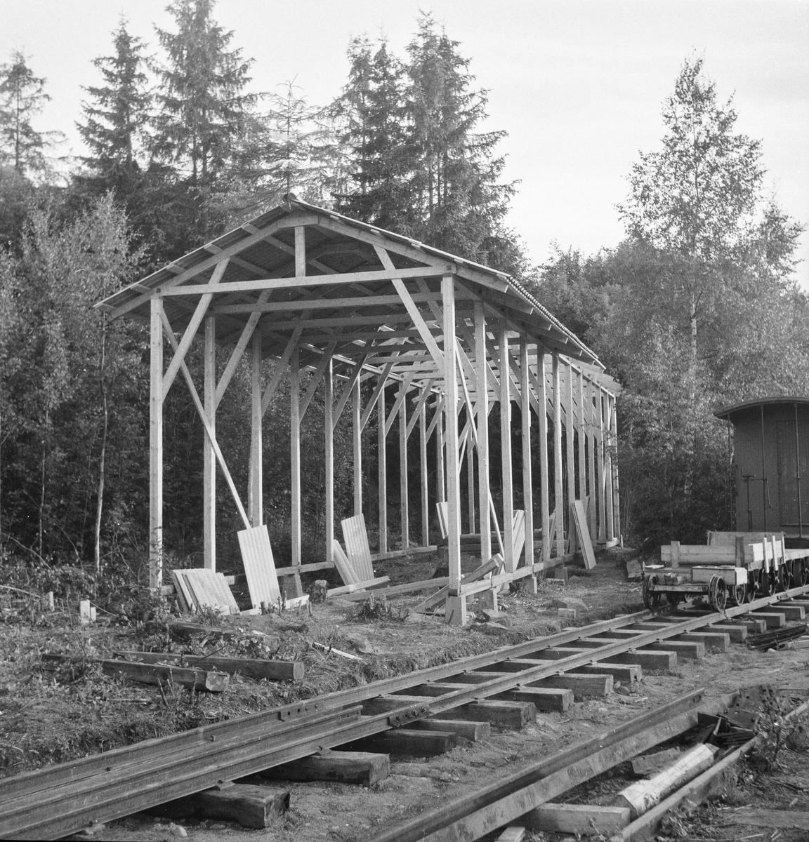 Bingsfoss var hovedbase for museumsbanen de første årene. Her er lokomotivstallen under oppføring.