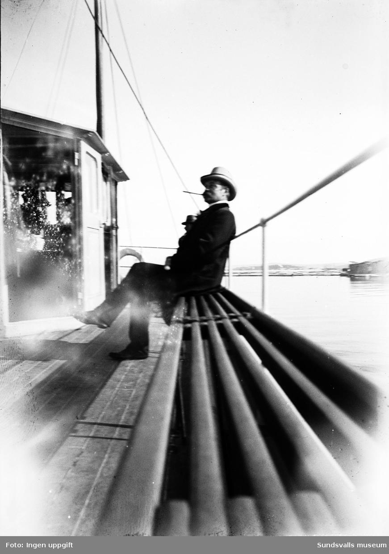 R. Thuresson sittande på däck i en passagerarbåt.