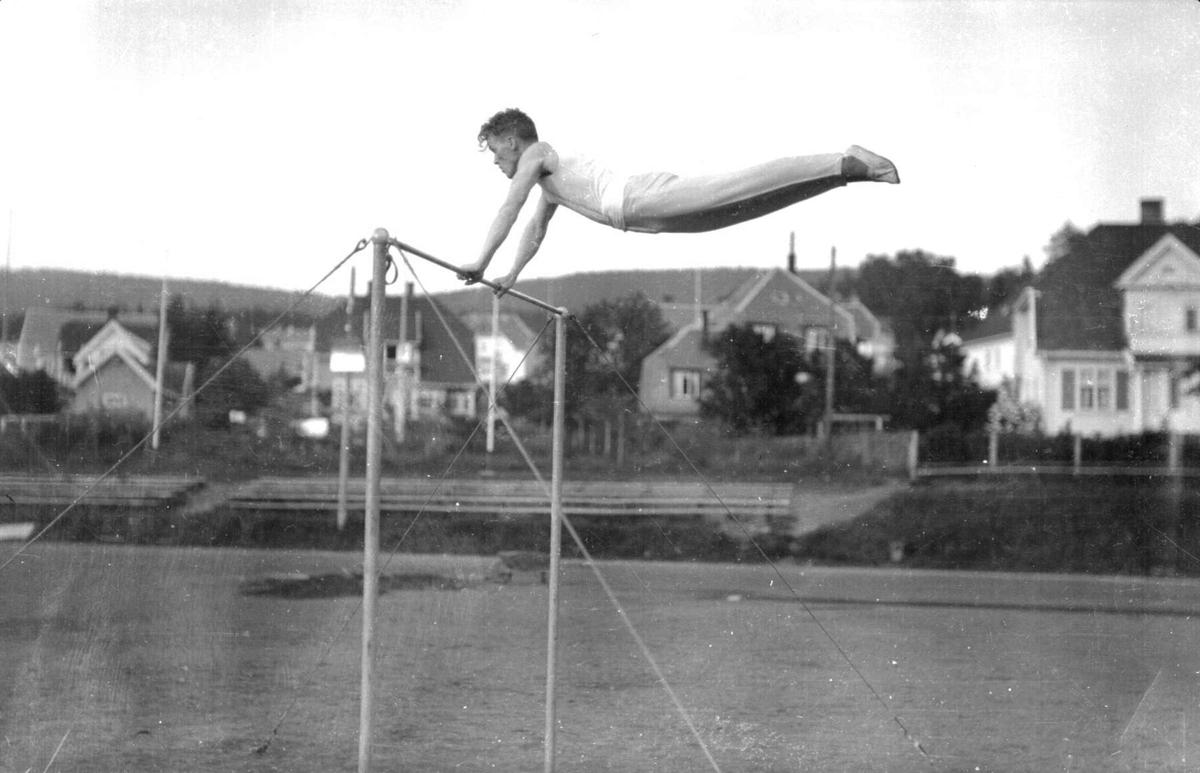 Kaare Viken, turnoppvisning på Sportsplassen. Svingstang. Fire bilder. Kaare Viken var norgesmester i turn-mangekamp i seks år (1929-1935