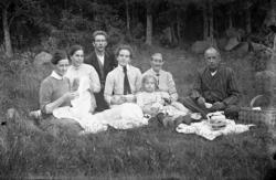 Familjegrupp sju personer i gräset.Johannes Natanael Bäckma