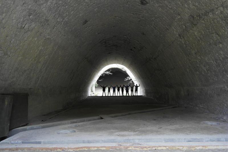 8 elever står i enden av et tunnel. De holder hverandre i hånden (Foto/Photo)