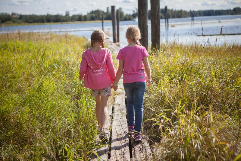 Foto av to jenter som går på flåteganger (Foto/Photo)