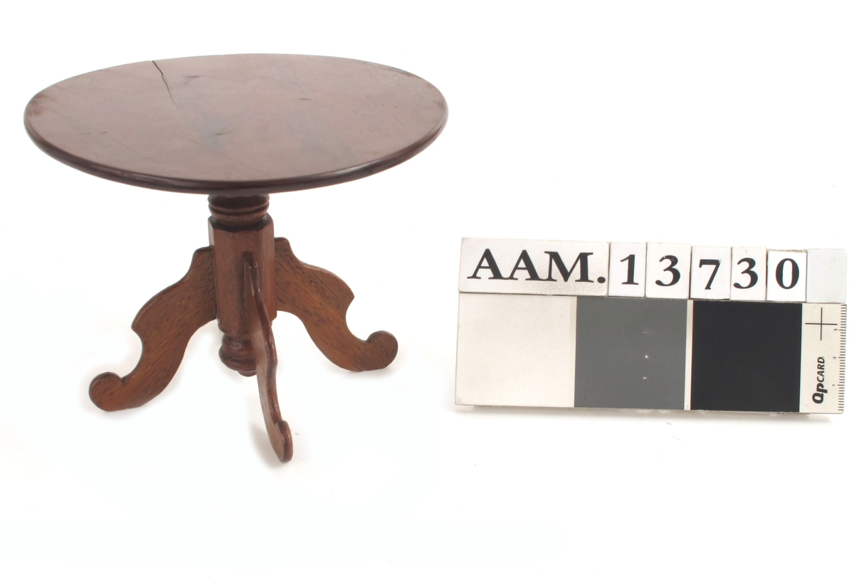 Dukkehusbord. Rund plate, søylefot, løveføtter.  Nøttetresmalt