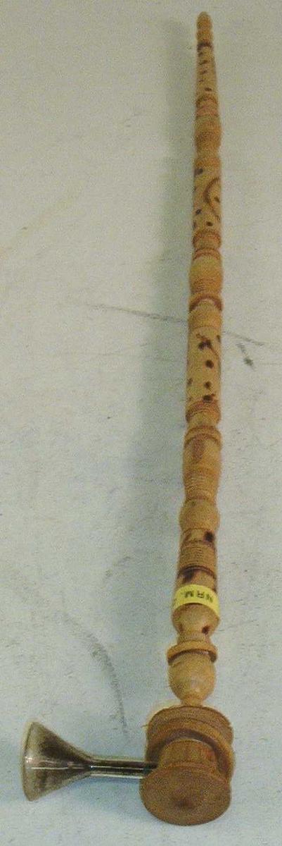 "Rørformet pipe. Kan deles i 5 deler. Hul innvendig med ""hode"" på toppen."