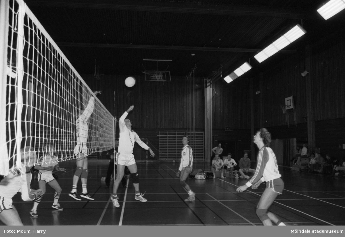 Volleybollmatch mellan de båda lindomelagen Lindome Finska Förening och Trevaren i Ekenskolans idrottshall, Kållered, år 1984.  För mer information om bilden se under tilläggsinformation.