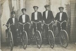 Kameratgjeng med nye syklar i 1913. Frå venstre Nils P. Aarr
