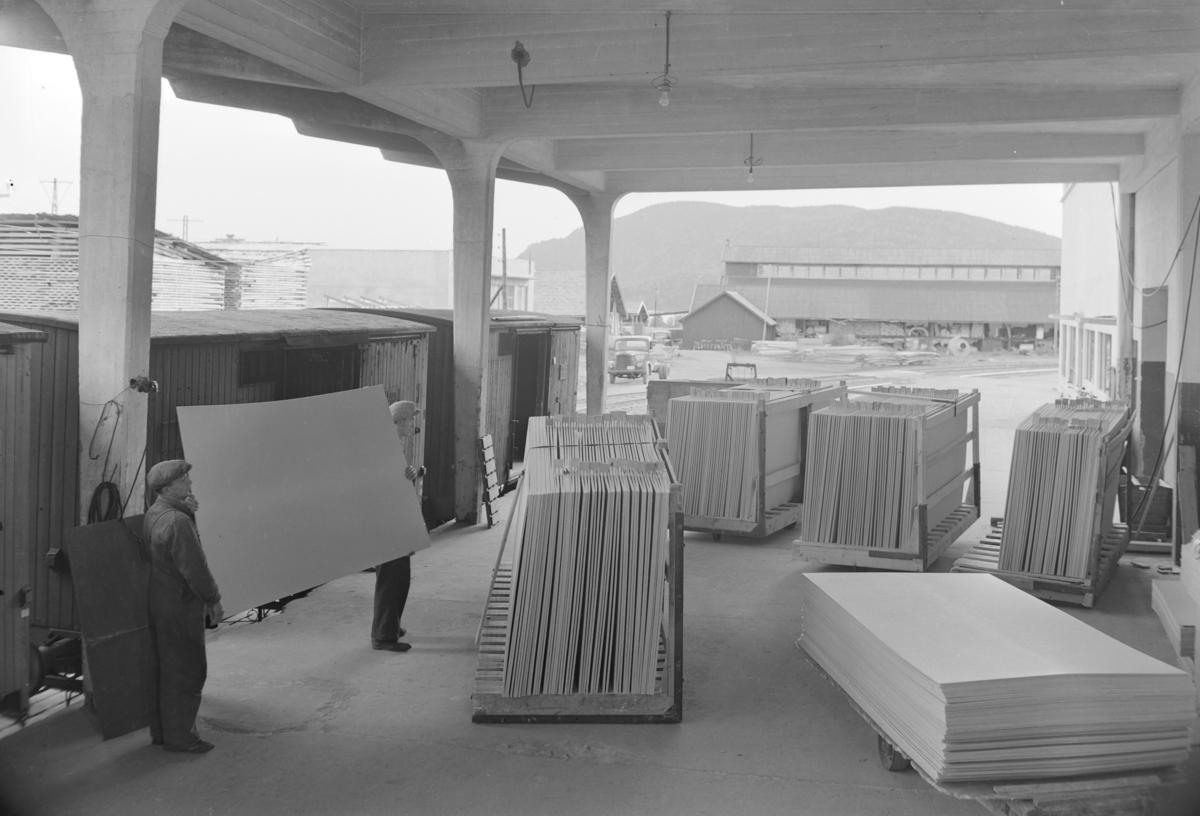 Berger Langmoen A/S, Brumunddal. Treforedlingsbedrift. Wallboardfabrikk. Platene lastes på jernbanevogner. Lasterampe.
