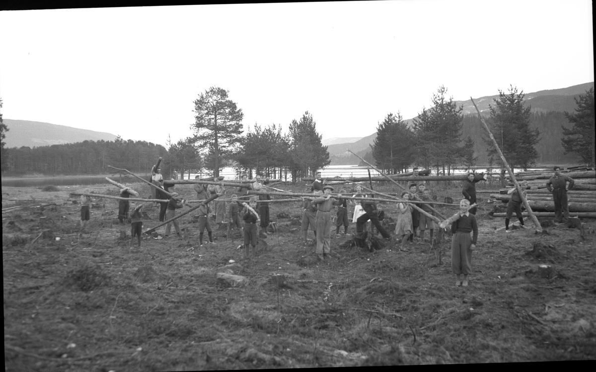 Barn og voksne i arbeid med rydding av idrettsplassen på Fagernes