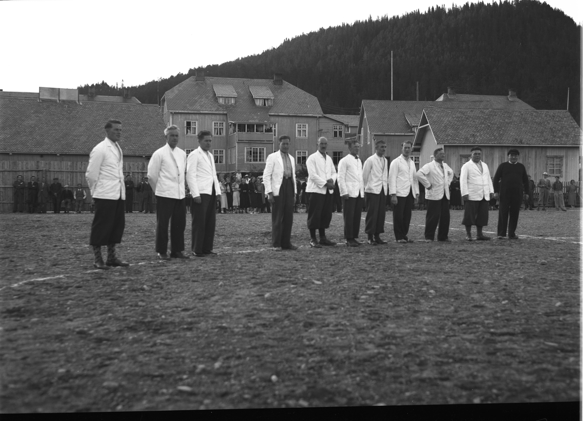 Fagernes fotballag oppstilt på idrettsplassen, med Central hotell i bakgrunnen