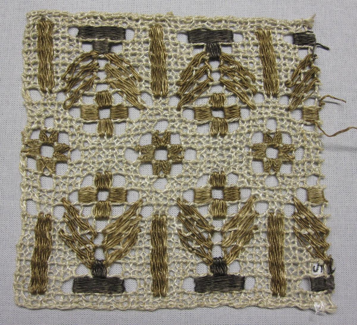 Knytprov/spetsprov av filéknutet nät med trätt mönster, knutet och trätt. Nät av rakställda rutor med tätare trädningar i stoppstygn i brunt och guldbrunt vilka bildar blommor och stjärnor på singlad/glesare trädd botten i oblekt lingarn.Oblekt lingarn i nät. Trädningar i brunt, guldbrunt och oblekt lingarn.