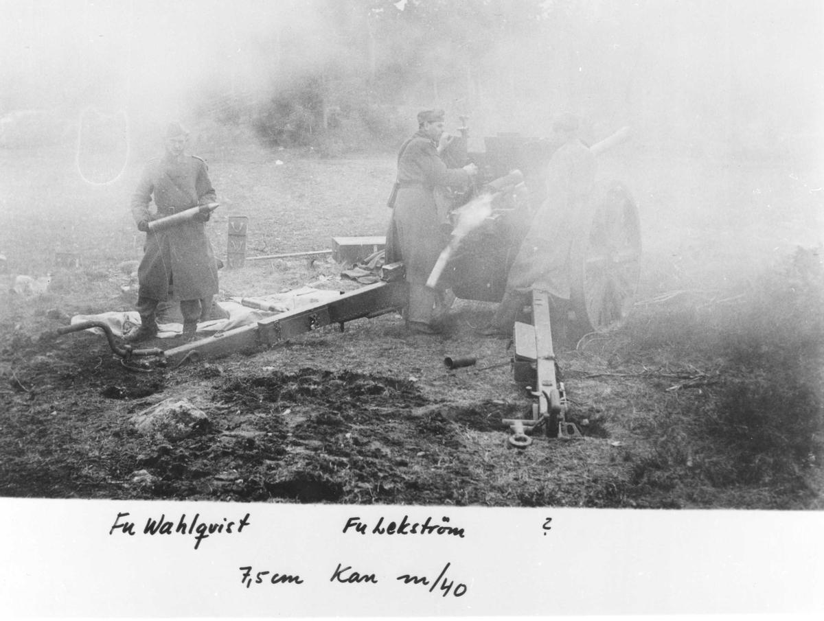 Efter skott. Skjutövning med 7,5 cm kanon m/1940 vid Gotlands artilleriregemente A 7. I bild fänrik Wahlqvist, furir Lekström och okänd.