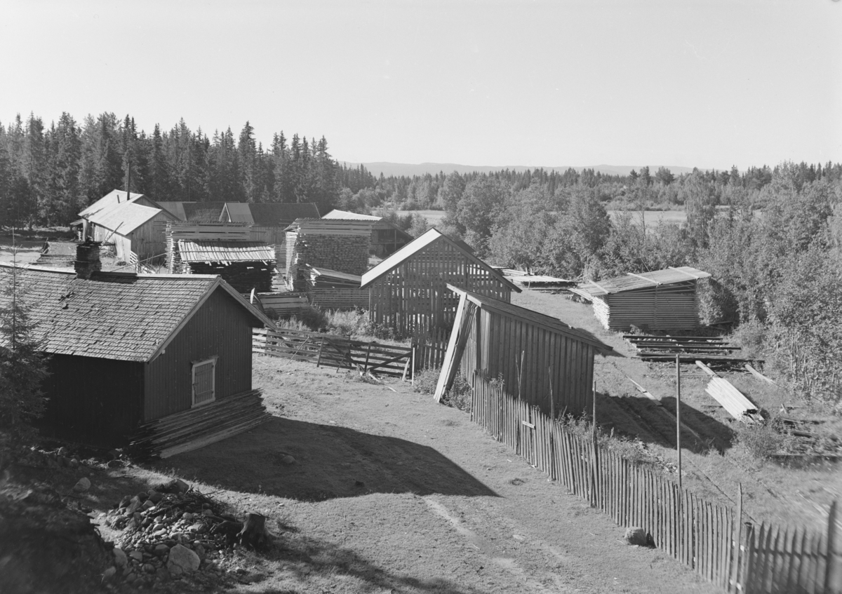 Løten Almenning. Rokosjøsaga (?), sagbruk, plankestabel, materiallager.