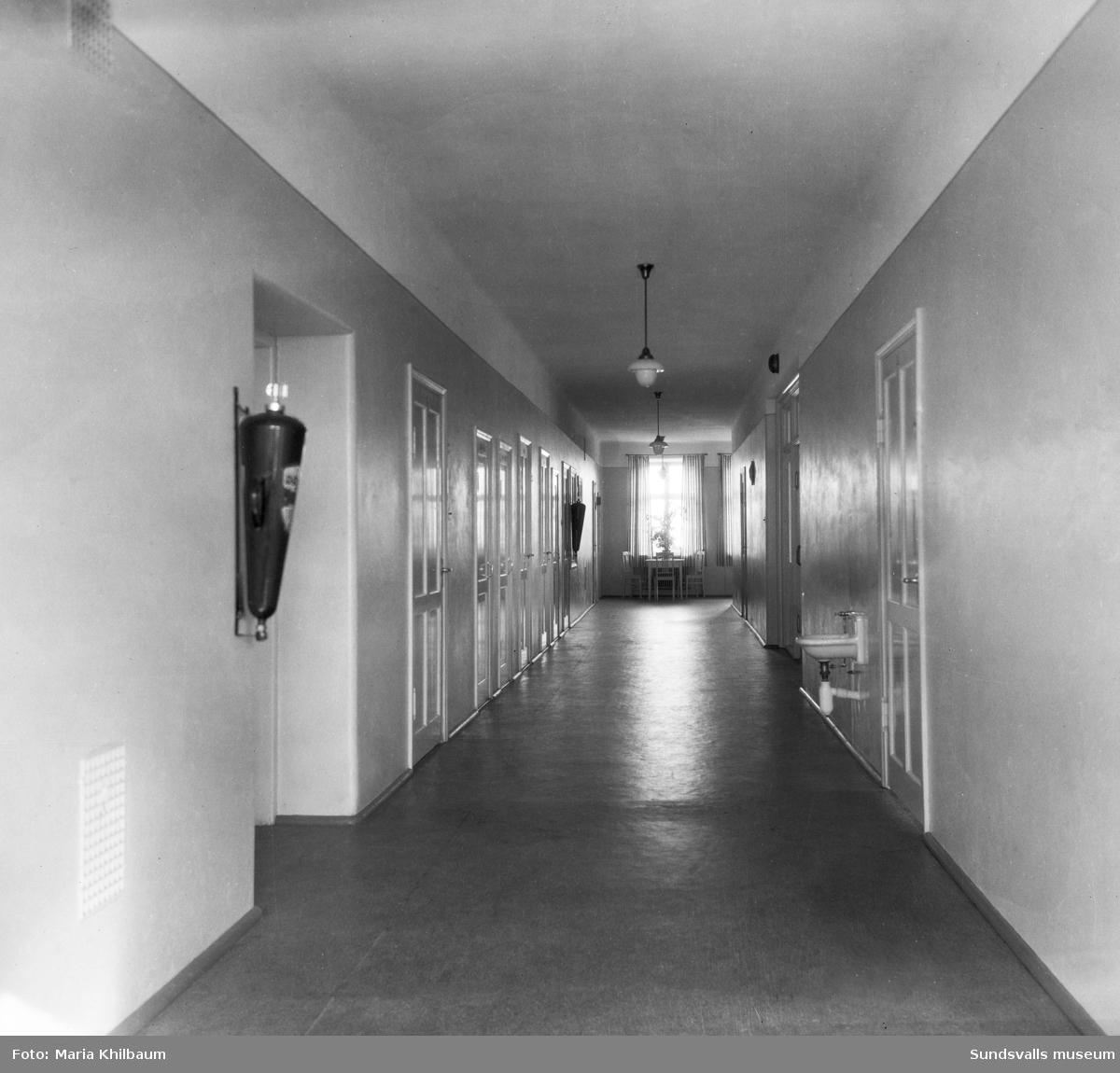 Interiörer (dagrum, sjuksalar och korridprer) från det nybyggda stenhuset vid Epidemisjukhuset efter Ludvigsbergsvägen (tidigare Epidemivägen) i Alliero.