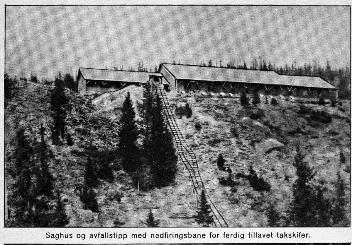 Bilde av saghuset og avfallstippen med nedfiringsbane ved Valdres Skiferbrud.