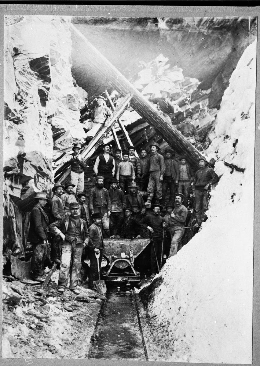 Gruppebilde av menn som arbeidet i gruvene ved Valdres Skiferbrud.
