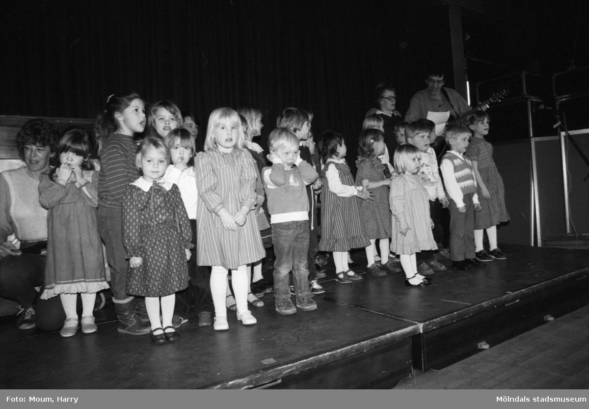 Barn från Sinntorp daghem sjunger under Lindome kulturdagar på Almåsgården i Lindome, år 1984.  För mer information om bilden se under tilläggsinformation.