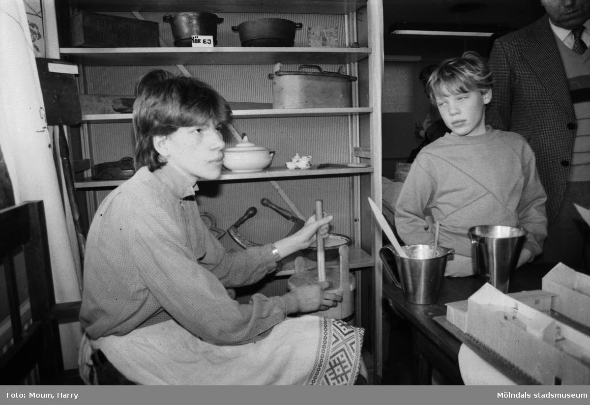Jonas Hugosson kärnar smör under Lindome kulturdagar på Almåsgården i Lindome, år 1984.  För mer information om bilden se under tilläggsinformation.