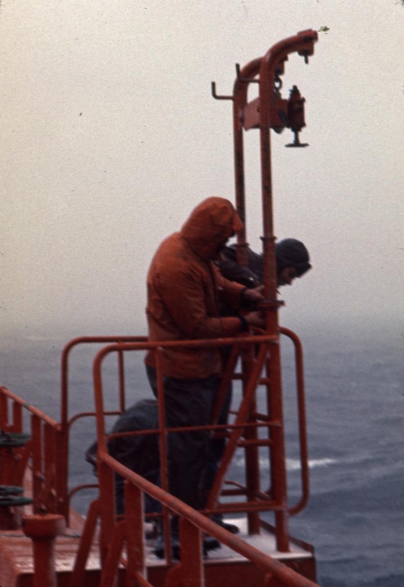 Vedlikeholdsarbeid på dekket på M/S 'Vikara' (b.1973, Mitsubishi Heavy Industries Ltd., Kobe, Japan).