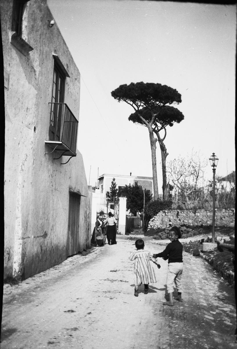 Drottning Victorias bilder. Två lekande barn på en gata på Capri.