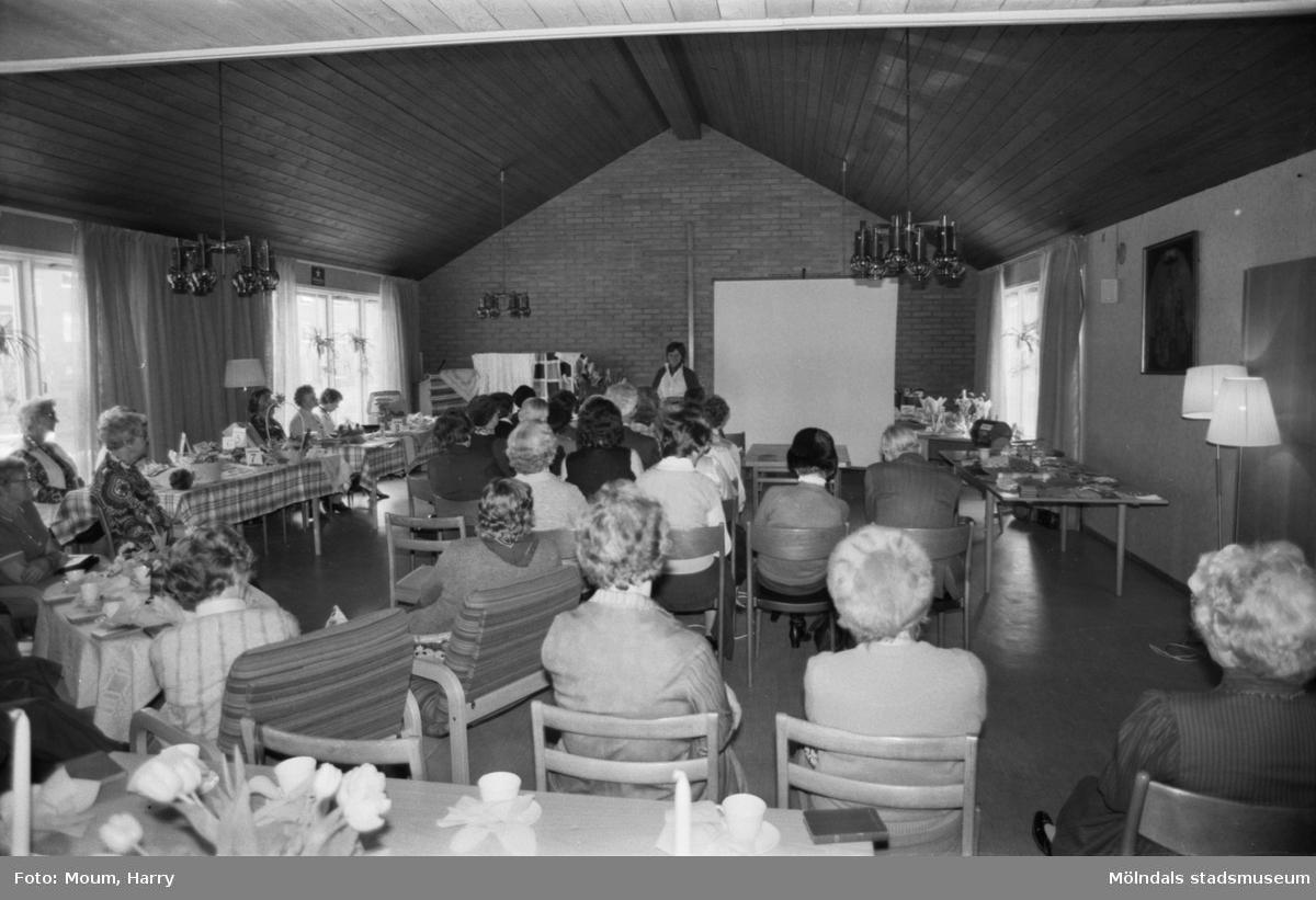 Kållereds kyrkliga arbetskrets har sin årliga vårbasar i Kållereds församlingshem, år 1984.  För mer information om bilden se under tilläggsinformation.