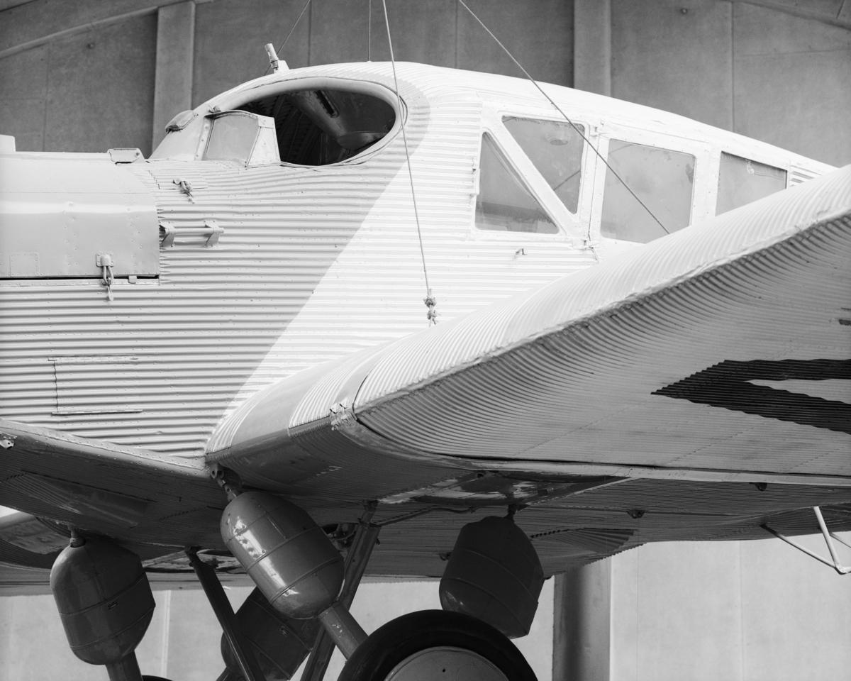 Planet är av typen monoplan och har en stomme av stål klädd med dural-aluminium. Vingarna är självbärande och ostagade. Det har plats för två besättningsmän med förare och färdmekaniker i öppen sittbrunn och fyra passagerare i skinnklädda fåtöljer under tak. Planets tillverkningsnummer är J.13,715.  Framdrivningen sker med Junkers bensinmotor av typ L5 med tvåbladig träpropeller. Motorn är en sexcylindrig vattenkyld radmotor som har effekten 315 hk vid 1 400 varv/min. Planets högsta fart är 170 km/tim och lastförmåga med passagerare 2,1 ton.  Tillbehör: Obegagnad 20 sept. 1934 resedagbok (se arkivet 206 d6) samt verktyg i läderfodral.