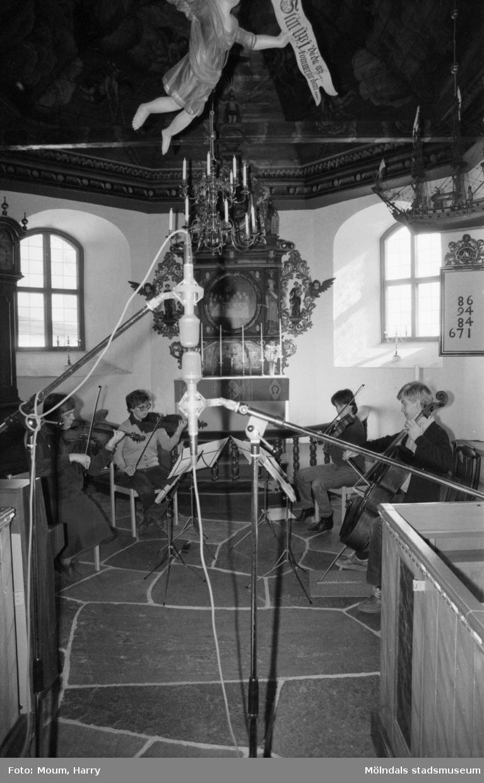 """Stenhammarkvartetten spelas in i Kållereds kyrka för grammofonutgivning, år 1984. """"Lisbeth Vecchi, Ingrid Johansson, Malin Frankmar och Erik Hammarberg kallade Stenhammarkvartetten tycker Kållereds kyrka lämpar sig bra till grammofoninspelningar.""""  För mer information om bilden se under tilläggsinformation."""