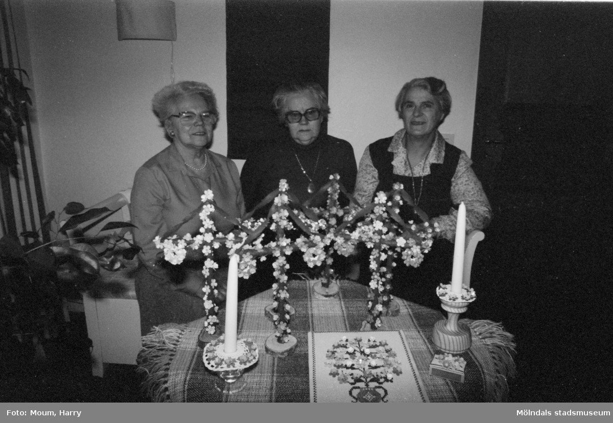 Lindome förstamajblommekommitté, år 1984.  Fotografi taget av Harry Moum, HUM, Mölndals-Posten, vecka 14, år 1984.