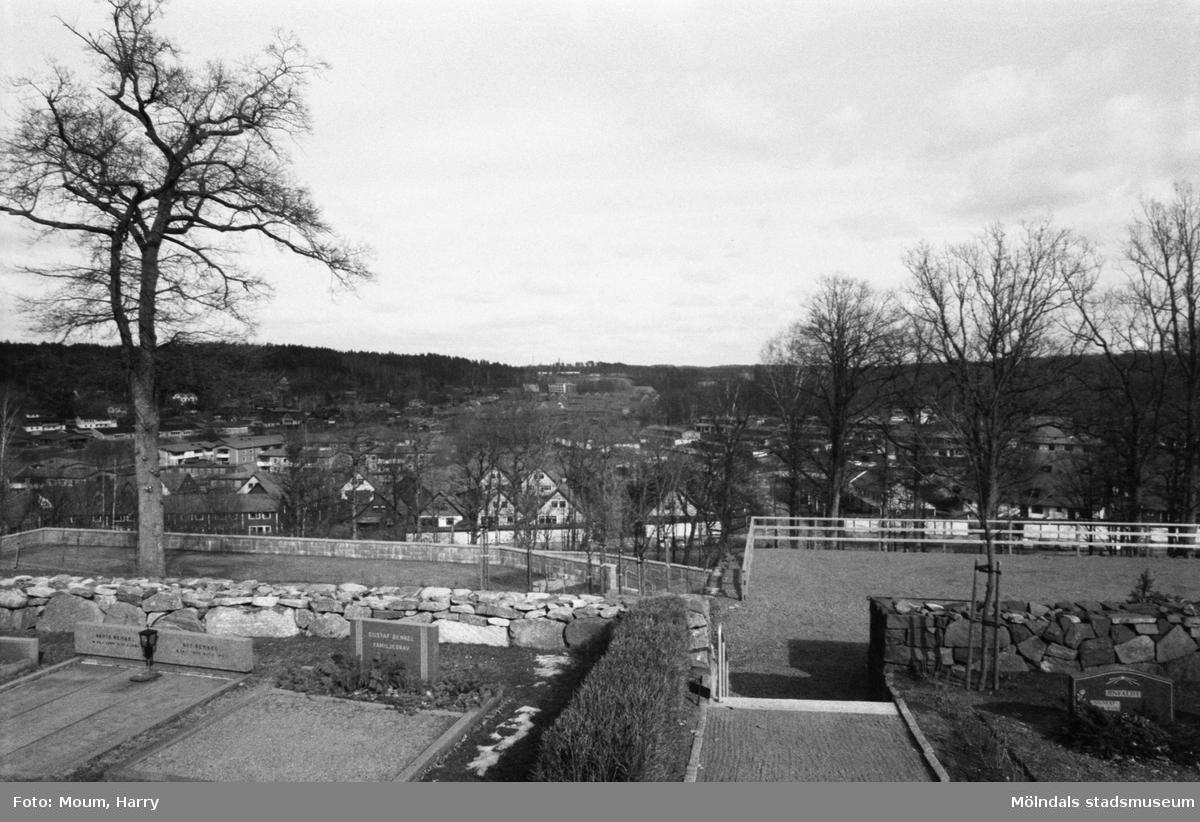 Utsikt från Kållereds kyrka mot Livered, år 1984.  Fotografi taget av Harry Moum, HUM, Mölndals-Posten, vecka 13, år 1984.