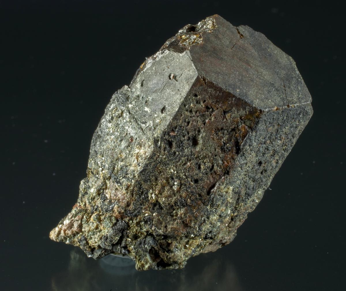 Singel krystall, noe skadet, litt pyritt, lys glimmer, feltspat?