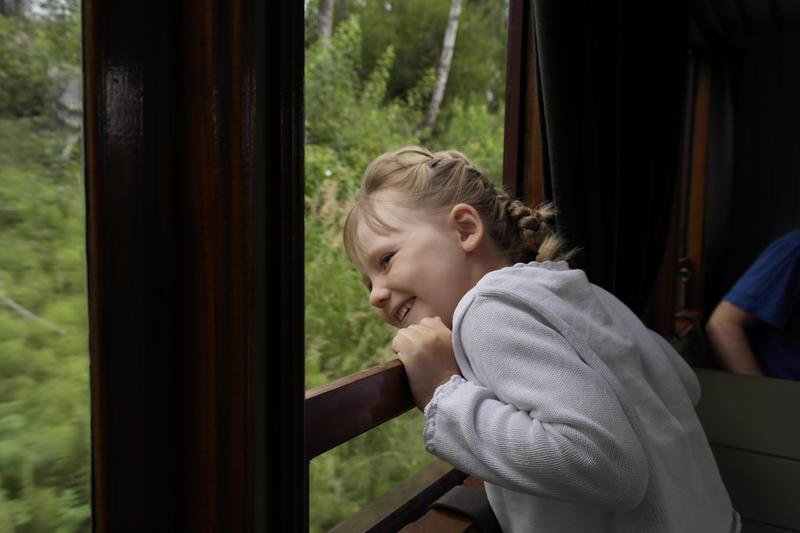 Glad_jente_pa_toget_godkjent_bruk_av_bildet_Trine_Grnn_Iversen.jpg