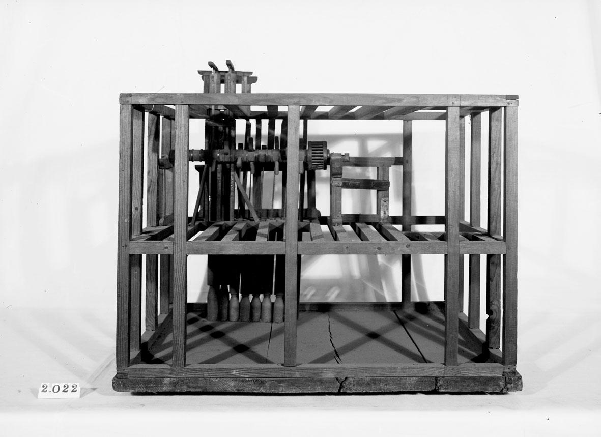 """Modell av vattenuppfodringsverk vid Björsta gruva. Text på etikett på föremålet: """"XII 36""""."""