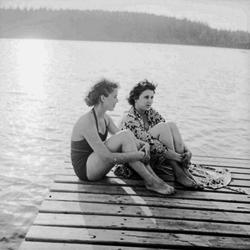 Badplats i Ställdalen, två kvinnor på bryggan.