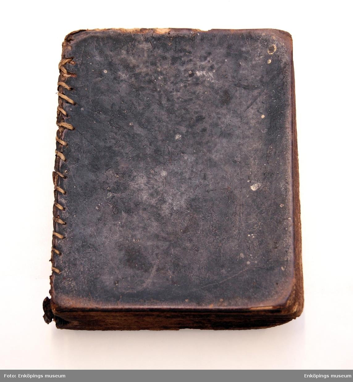 """Huspostilla , pärmarna av papper klädd med läder. Pärmen är förstärkt med ryggen och ihopsydd med """" snöre"""". Insidan av pärmen klädd med marmorerat papper. På försättsbladet skrivet: """" Olof Björklund är rätta ägaren till denna huspostilla. Denna bok är köpt i Stockholm för trettio.....koppar mynt.........1789 den 28 october"""". På ovanstående sida står namnet Jacob Gabriel 1804. Tillverkad av Carl Stolpe, Stockholm."""