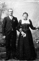 Eit staseleg brurepar. Knut O. Grøthe (1871-1958) og Margit,