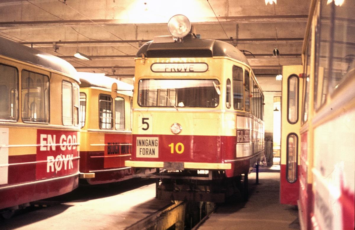 Interiør fra Dalsenget vognhall. Strømmenvogn 10 er satt på tralle på grunn av boggirevisjon.