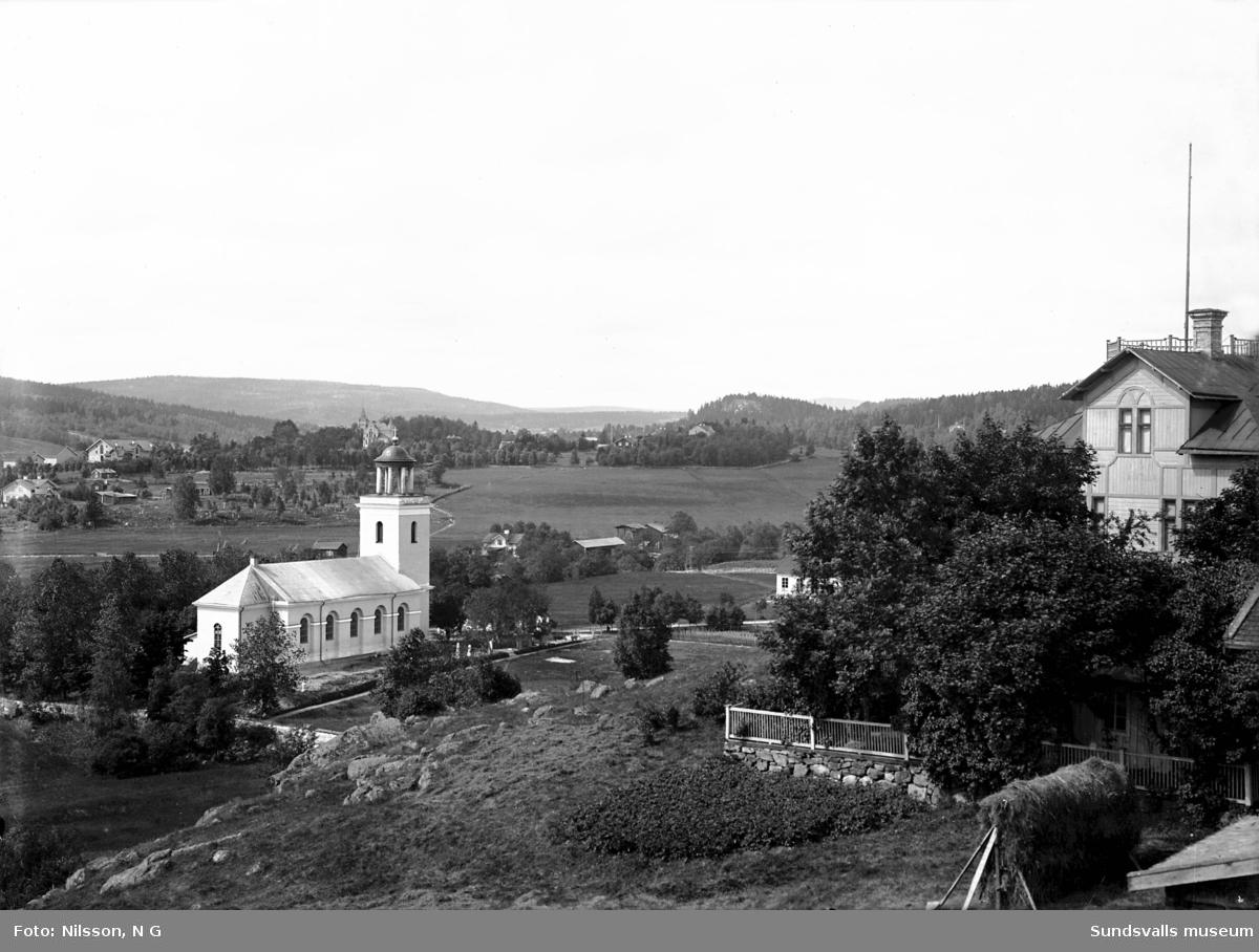 Timrå kyrka med omgivning. Merlo slott med tillhörande ladugård i fonden. Taget från sydost.