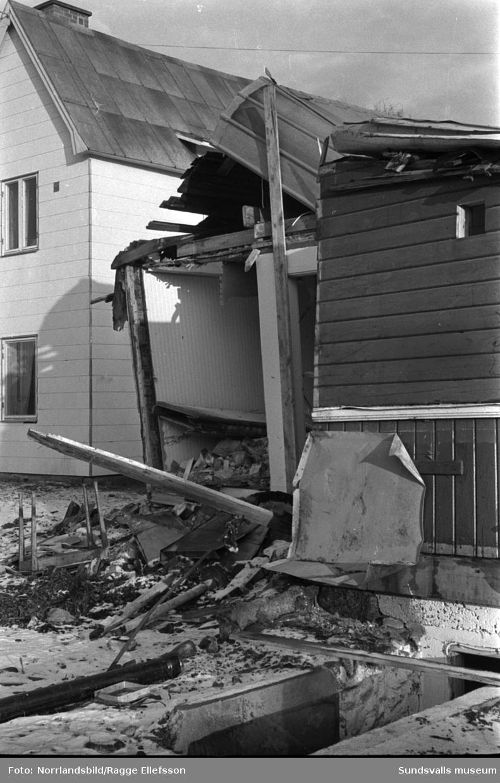 Bilder på skadade hus och en krossad bil efter tågkatastofen i Alby då Nordpilen den 6/9 1964 i hög fart spårade ur och fortsatte in bland bebodda hus längs järnvägsvallen.