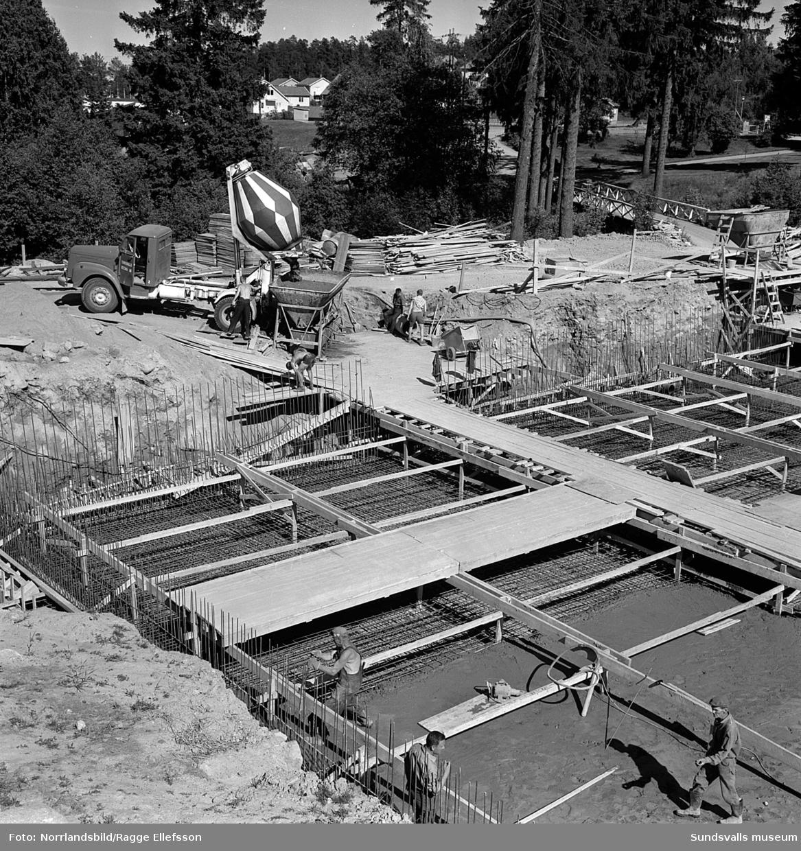 Gjutning pågår vid bygget av vattenreservoaren i Sidsjön.