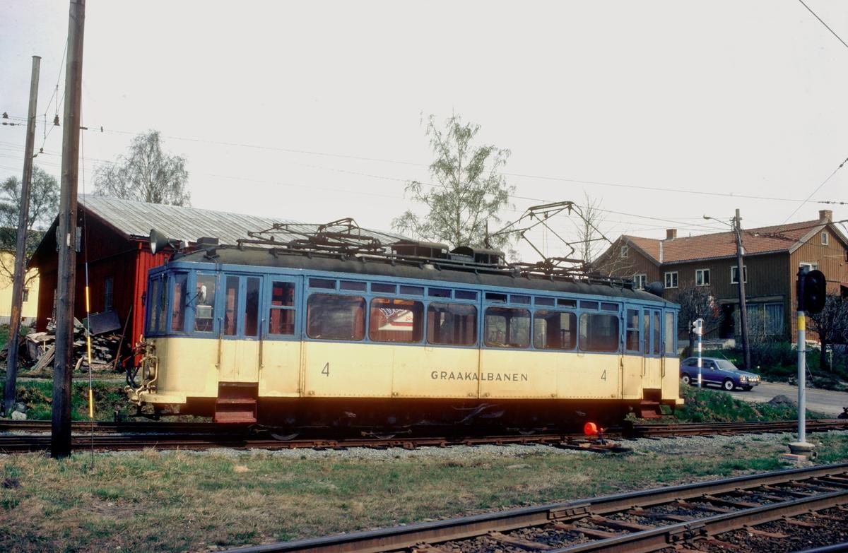 Gråkallbanens motorvogn 4 i gul og blå fargesetting på Munkvoll.