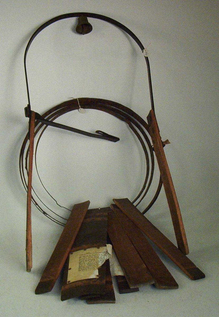 Tretønnen er åpen i bunnen. Den er forsynt med topplokk med tilnærmet firkantet hull med sider på h.h.v. 21 og 22 cm. En jerbøyle svinger over kappens topp i en høyde av 54,5 cm. Bøylen er festet til kappens sider. Til bøylense høyeste punkt er det med to skruer festet en messingbjelle. I bøylens ene ende er det hengslet en jernstng som festes til  kappens motsatte side med henglås. Stangen ble plassert under delinkvintens hake slik at han ikke skulle kunne løsgjøre seg fra kappen eller senke hode for å skjule ansiktet. Kappen er brunmalt med sorte bånd og beslag. Kappen er demontert.