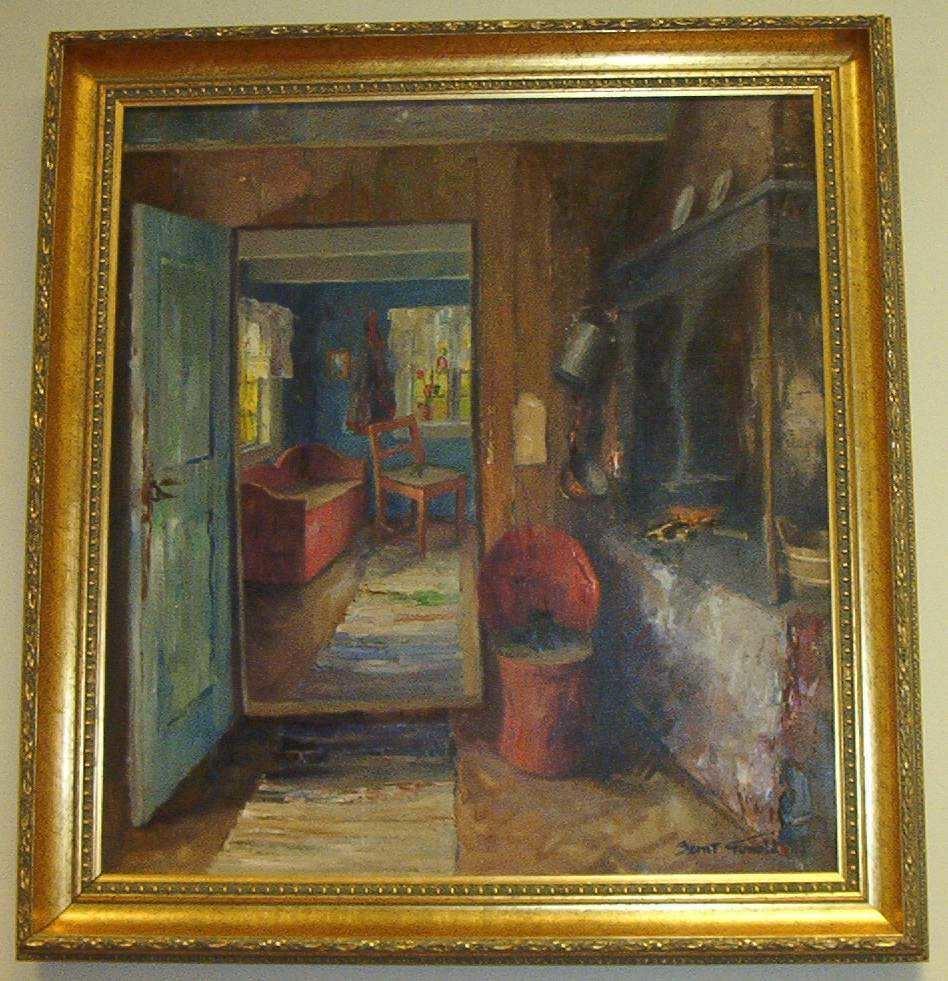 Bondeinteriør: stue med grue og åpen dør inn til neste rom, to vinduer og enkle bondemøbler.