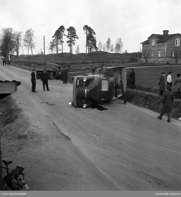 Trafikolycka med två lastbilar på Västra vägen. I bakgrunden syns gravkullarna i Högom och gammal villabebyggelse som numera (2016) är rivna.