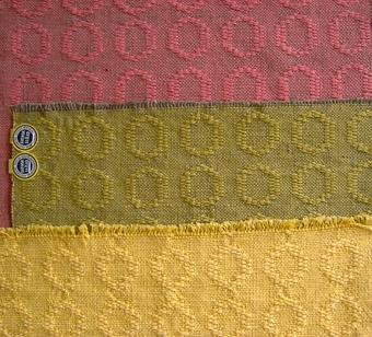 """Dessa vävprover har samma mönster men med olika färgställningar. Mönstret består av ringar i rad. WLHF-0162:1 Provväv med varp i cottolin och bomullsgarn - ena halvan grå, den andra vit. Man har provat 14 olika färger i inslag - 10 st med cottolin och 4 st med ull. Provet mäter 2460*420 mm. Vänster på bild 1. WLHF-0162:2 Lika varp som WLHF-0162:1 men med inslag i naturvitt ullgarn provet mäter 130*420 mm. Bild A - Lilla inklippta bilden (förstorad - bilden är ett montage) WLHF-0162.3 Lika varp som 162:1 men med orange ullgarn i inslaget, provet  mäter 70*420 mm. Ej på bild. WLHF-0162:4 Varp i grå cottolin och bomullsgarn med rosa cottolin i inslaget. Provet mäter 400*410mm och är märkt:              """"Färdig kudde 75:-"""". Överst på bild B  """"Tyg till sängöverkast i cottolin"""". Bredd 130cm. WLHF-0162:5 Samma varpsom WLHF-0162:4 men med grönt cottolin inslag. Provet mäter 580*350 cm. Mitten på bild 2WLHF-0162:6 Varp i gult cottolin med 6 tr gult bomullsgarn i inslaget. Provet mäter 240*1420 mm. Nederst på bild B2. Dubblett finns. Där står: """"Tyg till sängöverkast i cottolin.  Bredd 130cm."""