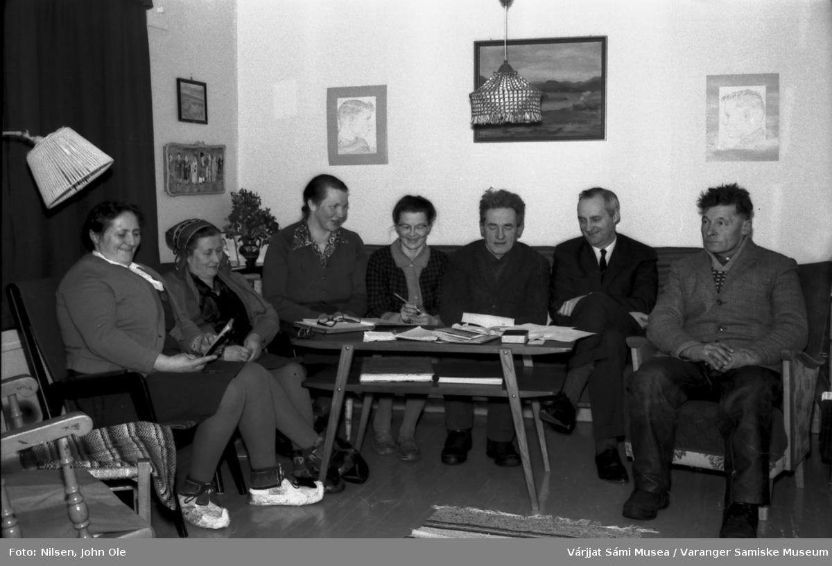 Gruppebilde tatt hjemme hos Signe og John Ole Nilsen i Bunes. Sannsynligvis i forbindelse med et møte i kirkelig sammenheng. Fra venstre: Marie K. Pettersen, Magga Andersen, Anna Pettersen, Signe Nilsen, Nils Mathisen (Otterbekk), sokneprest Erik Schytte Blix og Lars Pettersen. Bunes 21. januar 1967.