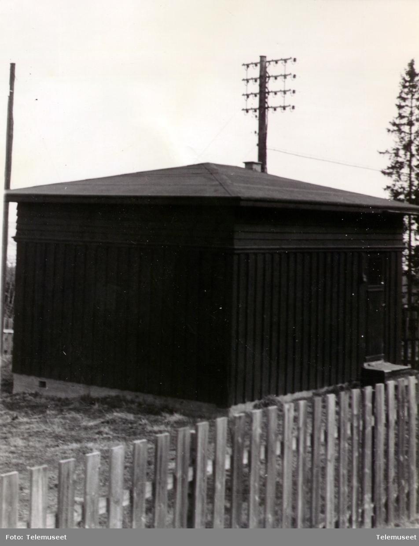 Veldre automatkiosk  Typisk hus for xy-sentraler og Nybygda er skrevet på bilde